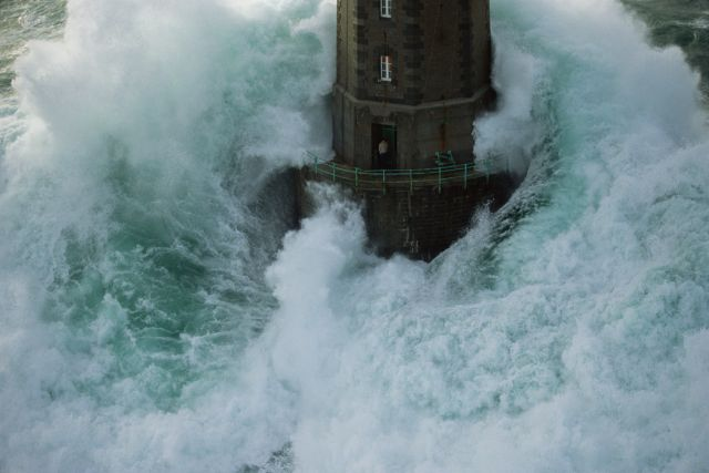 la jument brittany s most famous lighthouse celtic countries rh celticcountries com Giant Wave Hits Ship Waves Crashing On Lighthouse